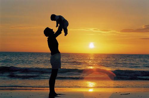 Отец папа подбрасывает ребенка сына дочь закат море отцовская любовь забота семья счастье